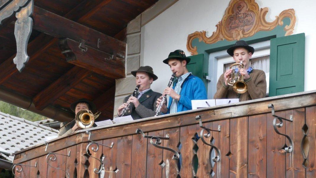 Wallgauer Adventsmarkt der Sinne 2018 an der Sonnleiten. Samstag 01.12.2018. Nachwuchsmusikanten der Wallgauer Musikkapelle