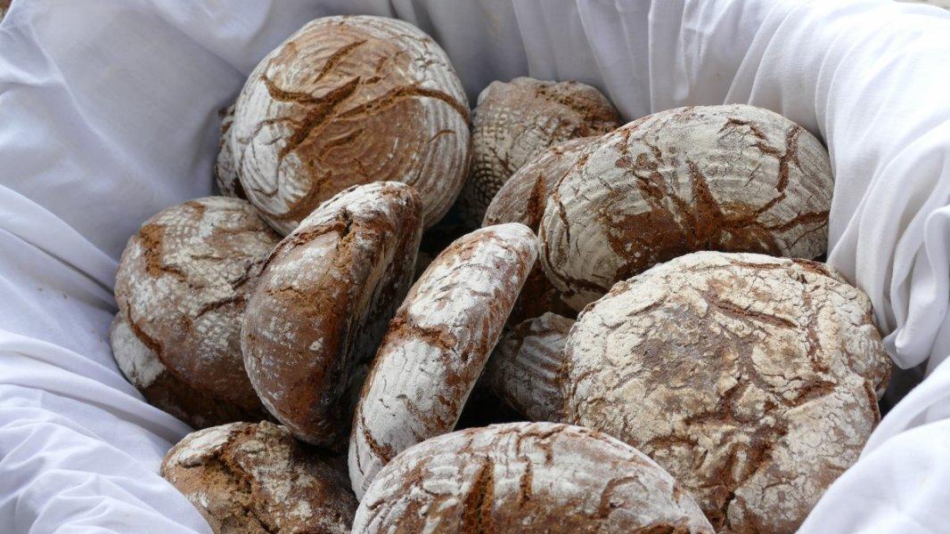 Wallgauer Adventsmarkt der Sinne 2018 an der Sonnleiten. Samstag 01.12.2018. Frisches Brot am Stand der Tiefenbrunners
