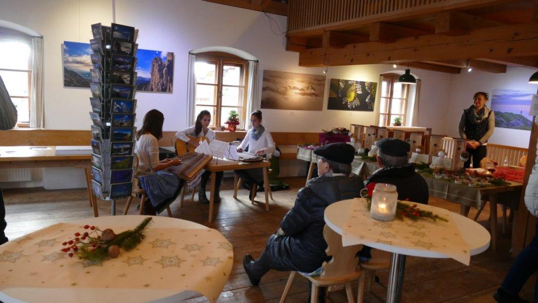 Wallgauer Adventsmarkt der Sinne 2018 an der Sonnleiten. Samstag 01.12.2018. Saitenmusi im Pfarrheim