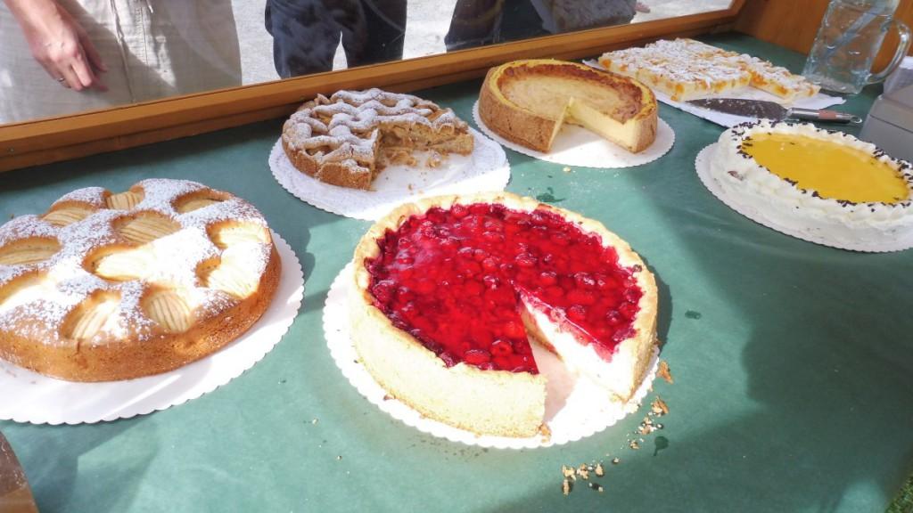 Kuchenverkauf von Wallgau Aktiv beim Bauernmarkt